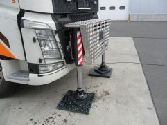 přídavné hydraulické podpěry před kabinou vozidla