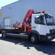 Nákladní automobil Mercedes Benz Atego s odtahovým kontejnerem, hydraulickým nakládacím jeřábem, hákovým nosiček kontejnerů a navijákem.